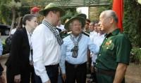 Thủ Tướng Nga Dmitry Medvedev đeo khăn rằn, đội mũ tai bèo thăm địa đạo Củ Chi