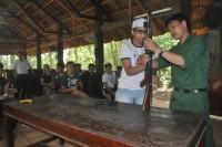 Mở lớp dịch vụ hướng dẫn tháo lắp súng cho du khách