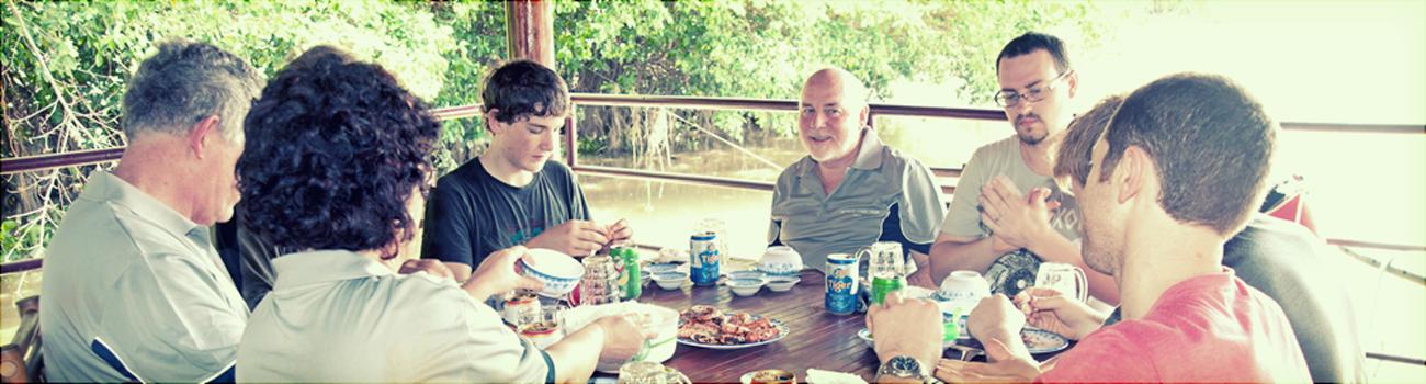 Dịch Vụ - Khách dùng cơm trưa tại nhà hàng nổi trên bờ sông Sài Gòn